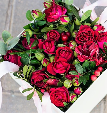 Flower posy box of red flowers.